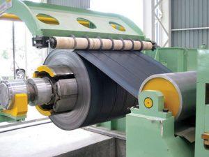 La lamina negra en rollo se fabrica mediante un procesamiento de fundición del acero hasta conseguir el espesor adecuado