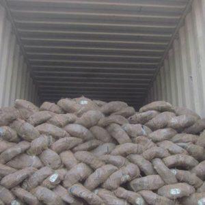 Carga de alambre galvanizado en contenedor