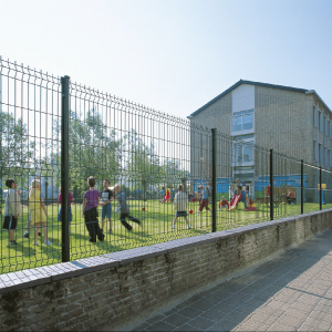 Reja de acero modular verde ideal para cercas en zonas verdes recreativas y educativas