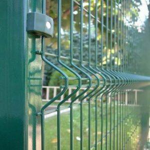 Instalación de la reja de acero verde modular sobre jardin sin taladrar ni soldar piezas